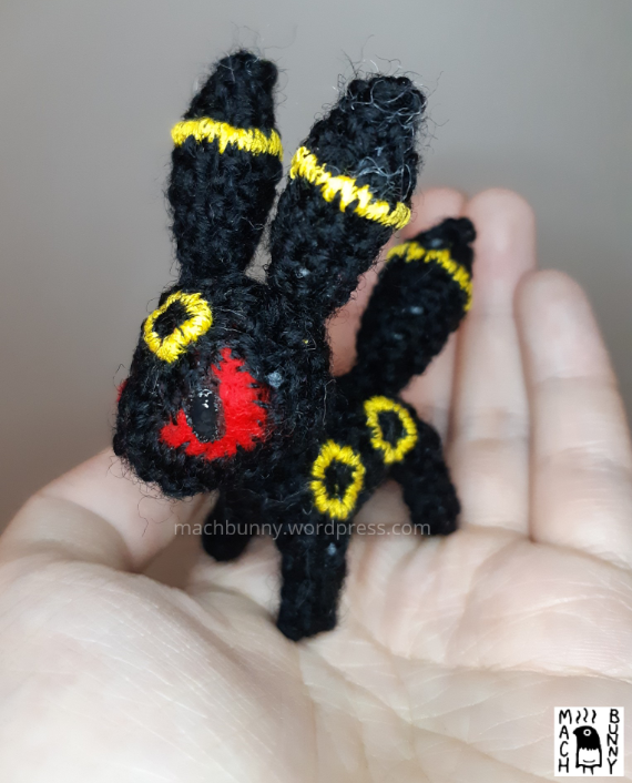 Tiny amigurumi Umbreon, alternate front view